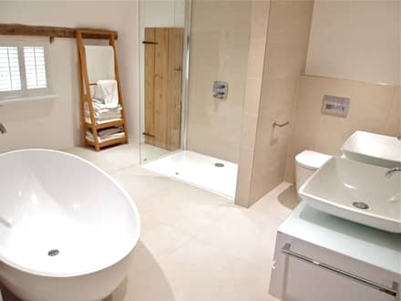 Stylish Grade II Bathroom: modern Bathroom by DeVal Bathrooms