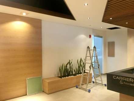 Sala de espera: Edificios de oficinas de estilo  por Integra Proyectos