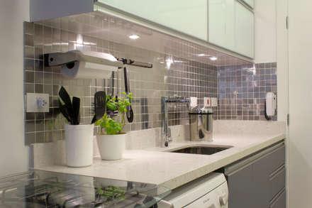 Cozinha em tons de cinza: Cozinhas minimalistas por Semíramis Alice Arquitetura & Design