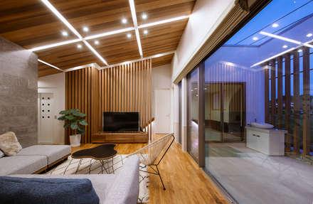 I6-house「木漏れ日のある家」: Architect Show co.,Ltdが手掛けたリビングです。