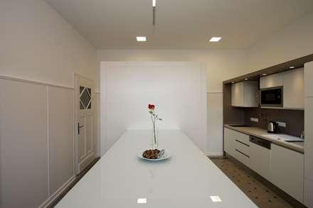 Sanierung eines Geschäftshauses und Anbau eines Sitzungssaales: Innenraum Teeküche:  Bürogebäude von Berghaus und Michalowicz GmbH