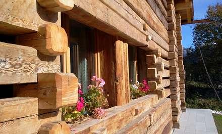 Legno e pietra: Casa di legno in stile  di Woodbau Srl