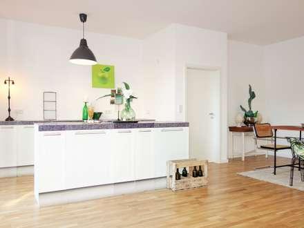 Homestaging einer Musterwohnung in ehemaliger Sektkellerei: industriale Küche von Heimvorteil Homestaging
