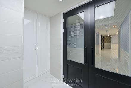 부산 다대포현대아파트 69평 인테리어: 노마드디자인 / Nomad design의  복도 & 현관