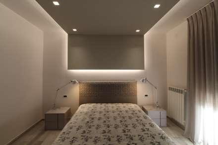 Poche modifiche, grandi cambiamenti!: Camera da letto in stile in stile Moderno di ARCHITÈ