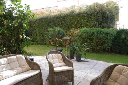 la casa dei gusci di struzzo: Giardino anteriore in stile  di gambardella e  rossi architetti