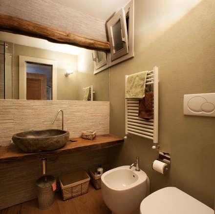 Ermellino: Bagno in stile in stile Scandinavo di gambardella e  rossi architetti