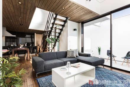 素材に住まう。色×形×素材を遊ぶ、おしゃれモダンな家。: 納得住宅工房株式会社 Nattoku Jutaku Kobo.,Co.Ltd.が手掛けたリビングです。