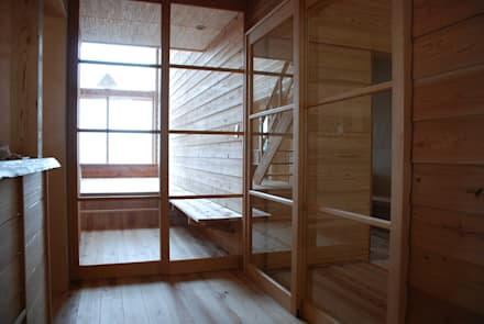 Glass doors by 丸菱建築計画事務所 MALUBISHI ARCHITECTS