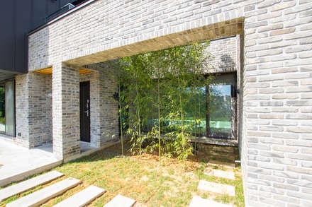 강화도 단독주택: (주)건축사사무소 예인그룹의  계단