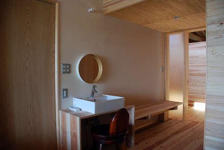 Midwifery home by the sea: 丸菱建築計画事務所 MALUBISHI ARCHITECTSが手掛けた寝室です。