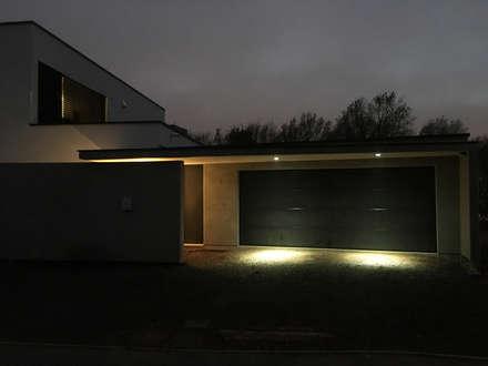 l'accès, la nuit, en couleur: Garage / Hangar de style de style Minimaliste par BIOVILLA
