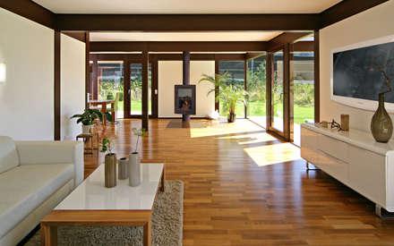 """Naturnahes Einfamilienhaus am """"Wilder Kaiser"""" im Brixental: moderne Wohnzimmer von DAVINCI HAUS GmbH & Co. KG"""