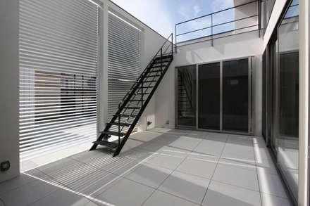 タイルテラス(中庭): H建築スタジオが手掛けた庭です。