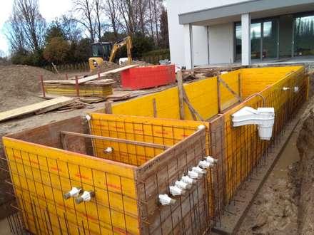 Piscina interrata in cemento armato , misure 2,60 x 9,5 x h 1,5 rivestita con piastrelloni .: Giardino con piscina in stile  di Aquazzura Piscine