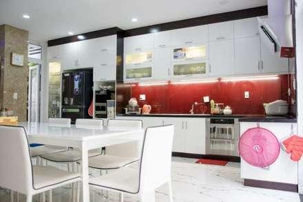 Không gian mở giữa phòng khách và bếp ăn:  Tủ bếp by Công ty TNHH Xây Dựng TM – DV Song Phát