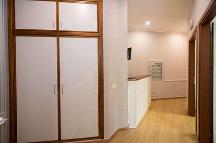 corridoio: Cliniche in stile  di Giuseppina PIZZO