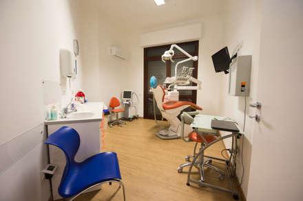 sala operativa: Cliniche in stile  di Giuseppina PIZZO