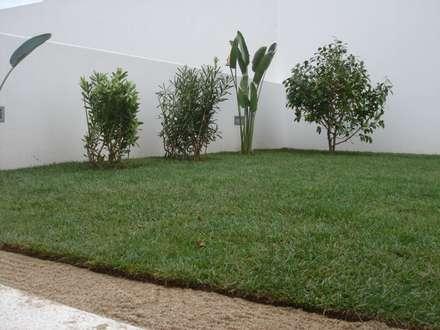 Moradia Moreira: Jardins clássicos por Viveiros da Boa Nova, Lda