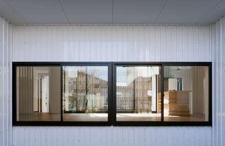 Ventanas de PVC de estilo  por 伊藤憲吾建築設計事務所