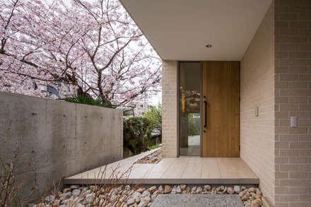 桜と暮らす家: Kenji Yanagawa Architect and Associatesが手掛けた廊下 & 玄関です。