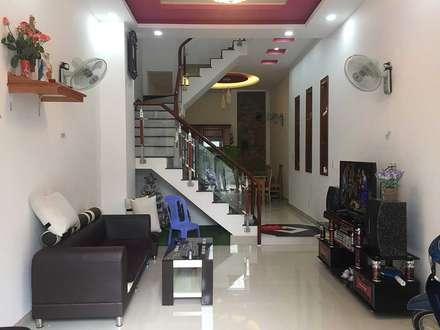 Phía trước bố trí chỗ để xe cho gia đình:  Phòng khách by Công ty TNHH Thiết Kế Xây Dựng Song Phát