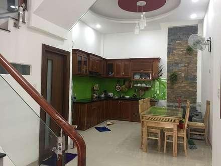 Phòng ăn bố trí cửa sau giúp không gian thông thoáng:  Phòng ăn by Công ty TNHH Xây Dựng TM DV Song Phát
