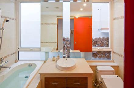 Phòng tắm sang trọng như khách sạn 5 sao, có cửa kính bắt sáng, nhìn ra cảnh đẹp bên ngoài rất thơ mộng.:  Phòng tắm by Công ty TNHH Xây Dựng TM – DV Song Phát