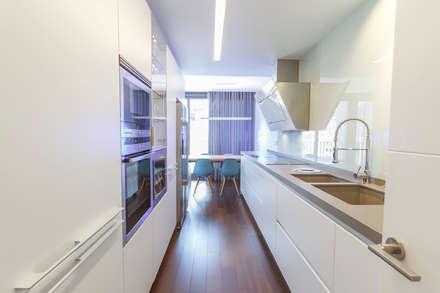 Vivienda B&G Bilbao: Cocinas de estilo moderno de Muka Design Lab