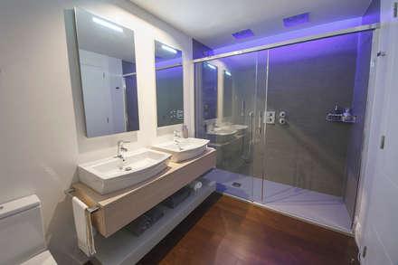Baño moderno con luces led : Baños de estilo moderno de Muka Design Lab