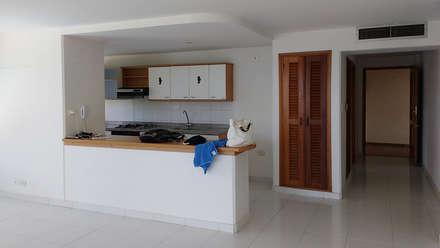 Apartamento antes de la remodelación: Cocinas de estilo tropical por Remodelar Proyectos Integrales
