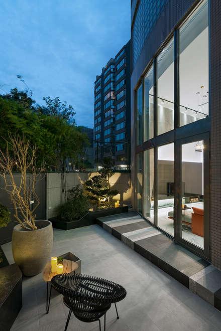 Jardines con piedras de estilo  por 大地工房景觀公司