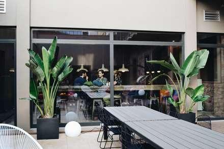 Terraza planta baja junto a la cocina: Edificios de oficinas de estilo  de ESTUDIO DE CREACIÓN JOSEP CANO, S.L.