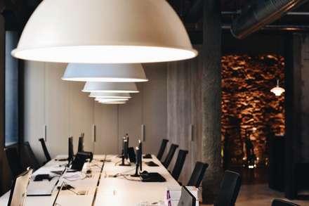 Mesas de trabajo planta baja: Edificios de oficinas de estilo  de ESTUDIO DE CREACIÓN JOSEP CANO, S.L.