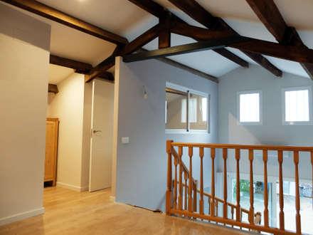 Planta superior con salón, dormitorios y baño: Pasillos y vestíbulos de estilo  de ACCESIBLE REFORMAS