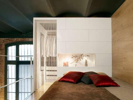 Showroom Can Felipa: Dormitorios de estilo industrial de ESTUDIO DE CREACIÓN JOSEP CANO, S.L.