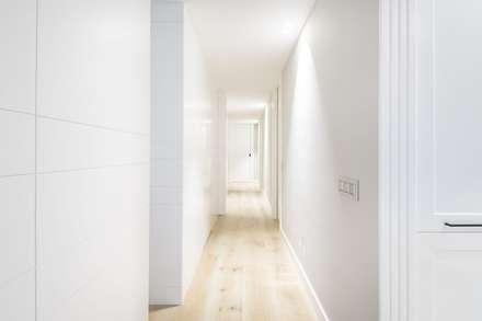 Iluminación vivienda en Tarragona: Pasillos y vestíbulos de estilo  de Luxiform Iluminación
