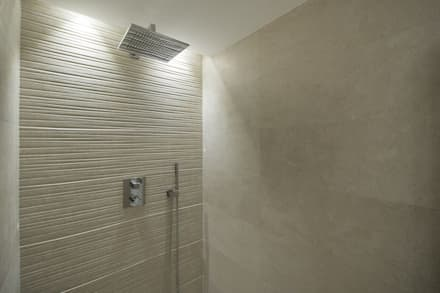 Iluminación vivienda en Tarragona: Baños de estilo moderno de Luxiform Iluminación