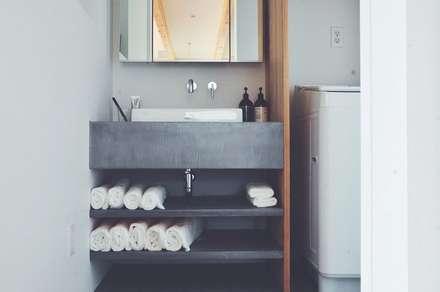 デザインコンクリート: 有限会社 中神工務店が手掛けた浴室です。