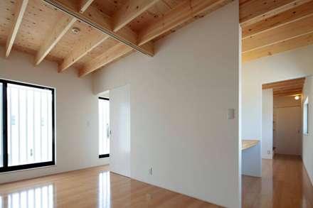 House-H: 伊藤憲吾建築設計事務所が手掛けた書斎です。