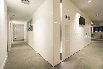 Interior Casa Particular: Pasillos y vestíbulos de estilo  de Luxiform Iluminación