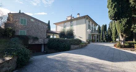 l'accesso al garage e alla dependance: Doppio garage in stile  di Morelli & Ruggeri Architetti