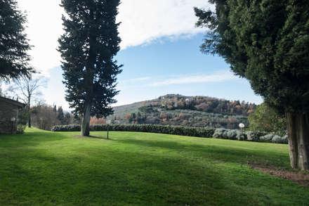 il panorama dal giardino: Giardino anteriore in stile  di Morelli & Ruggeri Architetti