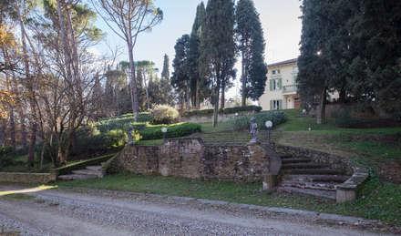 la scalinata monumentale : Giardino anteriore in stile  di Morelli & Ruggeri Architetti