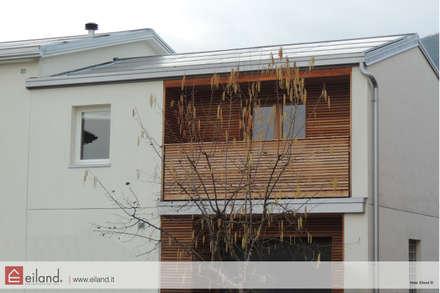 Il calore dei rivestimenti in legno: Casa di legno in stile  di EILAND