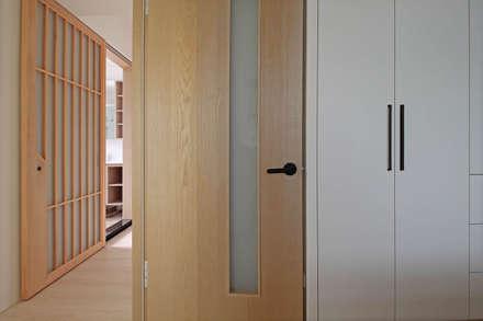 Puertas interiores de estilo  por 樂沐室內設計有限公司