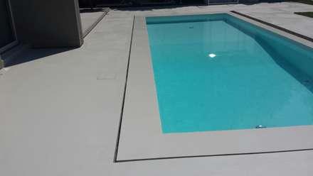 Villa - esterno piscina: Piscina a sfioro in stile  di COVERMAX RESINE