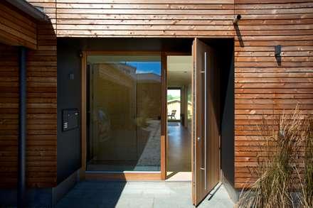Nachhaltig, effizient und barrierefrei:  Holzhaus mit Glasfassade für lichtdurchflutetes Wohnen :  Haustür von Kneer GmbH, Fenster und Türen