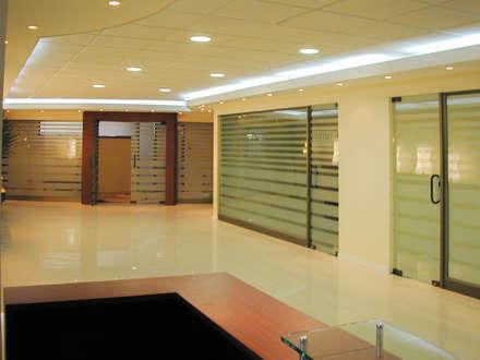 Vista de acceso a las oficinas de gerencia: Estudios y biblioteca de estilo  por Piscinas Espectaculares