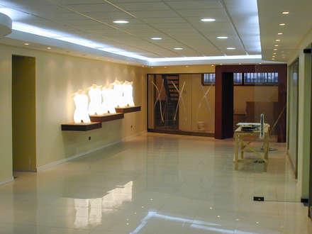 Otra vista de la entrada a las oficinas de gerencia: Estudios y biblioteca de estilo  por Piscinas Espectaculares